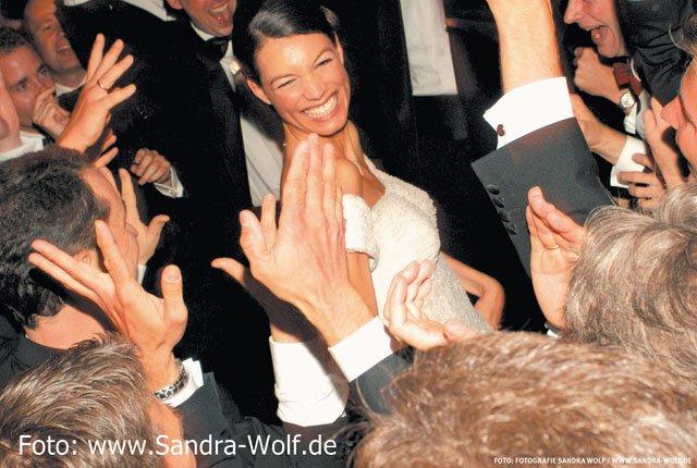MMPT-Braut-umringt-Edit-Sandra-Wolf-mit-FotoangabeWEB.jpg