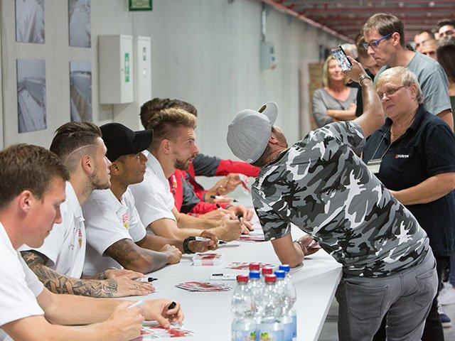 VfB Stuttgart trifft treue Fans bei Würth