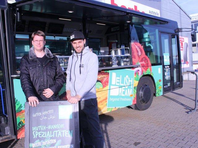 Andreas Wolf vom MORITZ mit GF Philipp Kälberer vor dem Food Bus