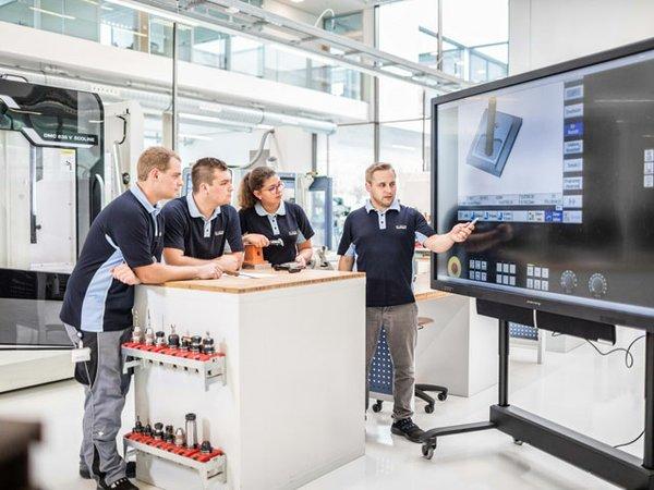 Auszubildende bei Bürkert erwartet eine moderne, attraktiv aufgebaute Ausbildung, die in der optimalen Verbindung von Theorie und Praxis fit für den Job macht.