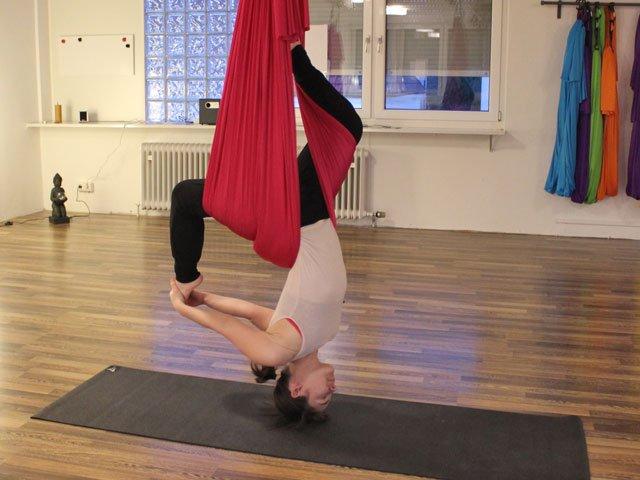 MORITZ-Redakteurin Sophia Budschewski versucht sich im Aerial Yoga