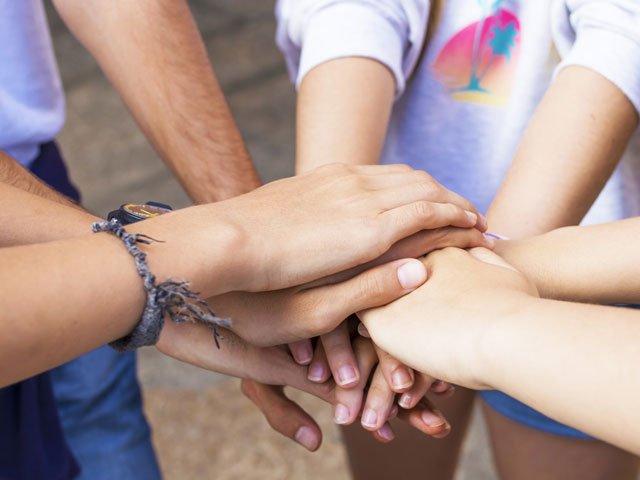 Hilfsbereitschaft ist eine elementare Eigenschaft, die Heranwachsende lernen müssen