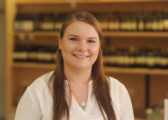 Isabel Schley, ehemalige Weinprinzessin und für das Direktmarketing und die Social Media der Katzenbeißer-WG zuständig
