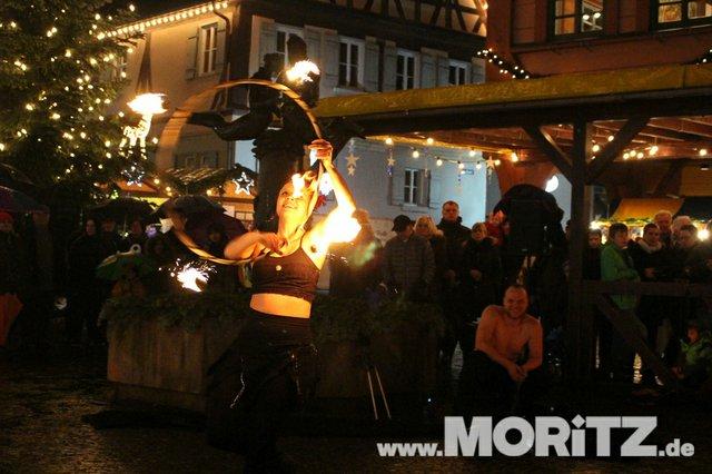 Regen und Feuershow eröffneten den diesjährigen Plochinger Weihnachtsmarkt. (25 von 40).jpg