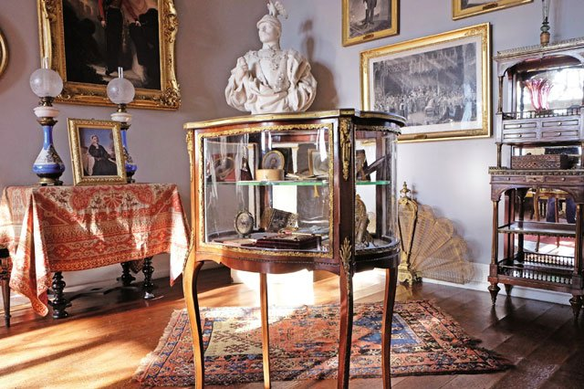 Vitrine_im_Museum-Queen_Victoriaweb.jpg