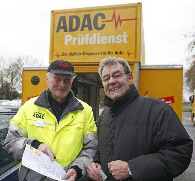 ADAC Mitglied Ewald Heiling (Heilbronn) bei der Entgegennahme des Prüfberichts