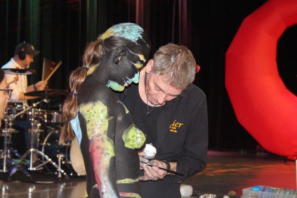 Art-Party Künstler Jörg Düsterwald verwandelte Model Katey in ein lebendiges Kunstwerk