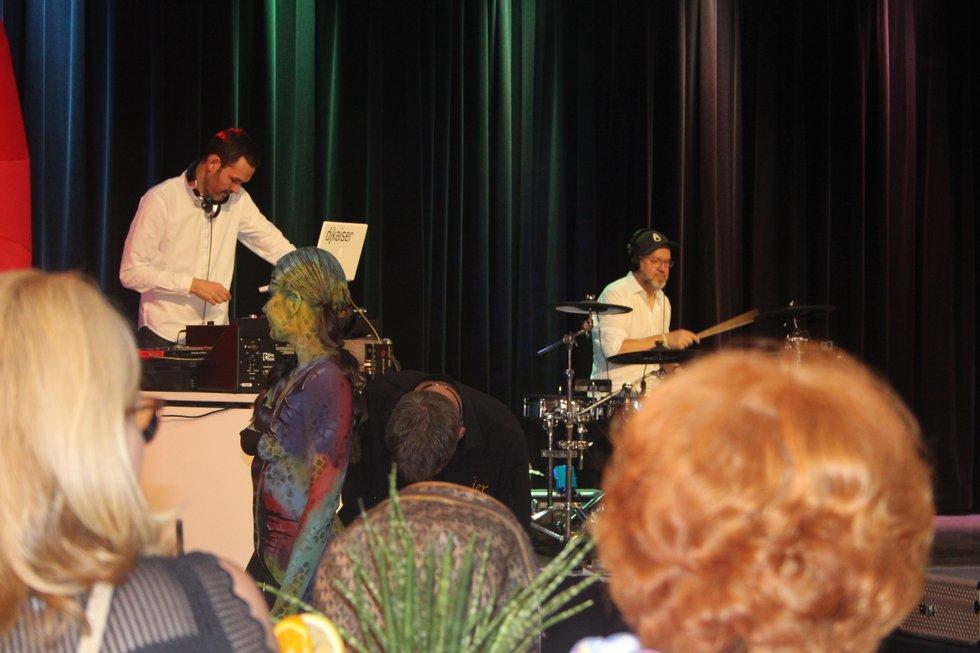 Art-Party: Bei guter Musik und leckeren Cocktails erlebten die Gäste zunächst, wie Model Katey in ein Kunstwerk verwandelt wurde.