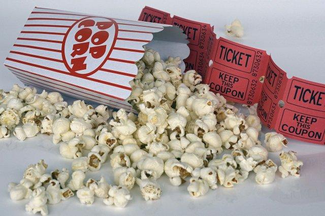Kinoticket mit Popcorn