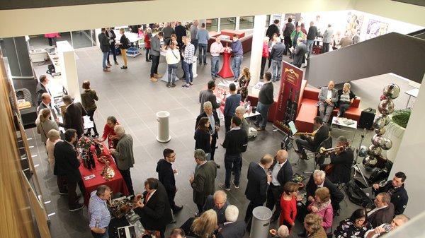 Foto-2_Blick-ins-Foyer-Präsentation-Spitzenweine.png