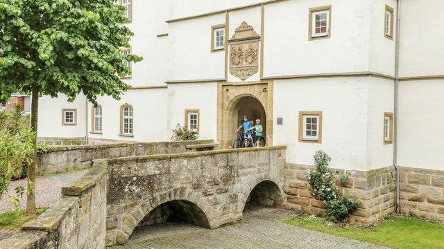 radler-vor-schloss-pfedelbach--as19-128662.jpg