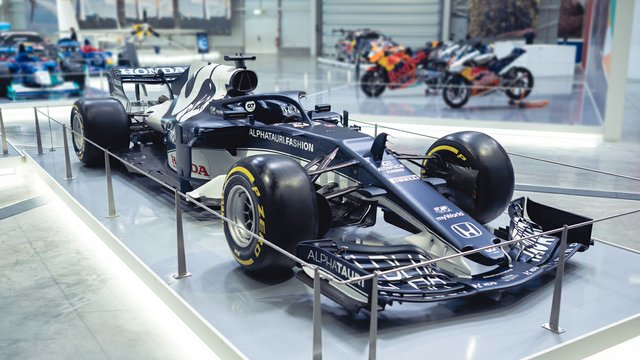 web_Die-Formel-1-Geschichte-von-Red-Bull-u_a_-mit-diesem-AlphaTauri-AT02-und-vieles-mehr.jpg