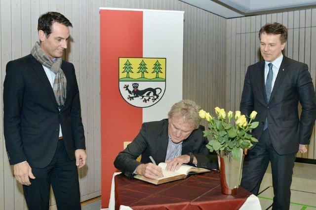 Sepp Maier trug sich ins Goldene Buch ein. Links: Bürgermeister Markus Knobel, Rechts Peter Fenkl, Vorstandsvorsitzender ZIEHL-ABEGG.