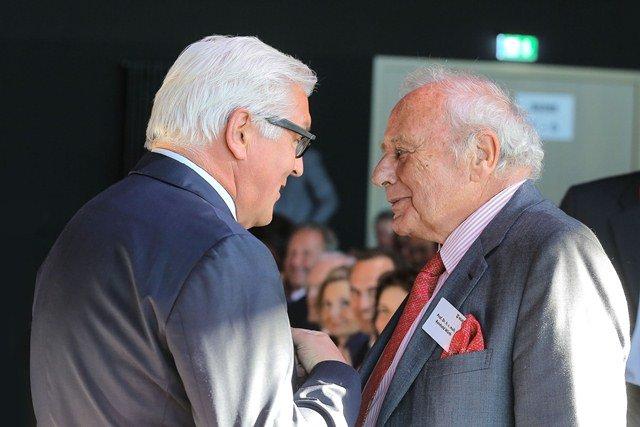 Dr. Frank-Walter Steinmeier, Bundesminister des Auswärtigen gratuliert Prof. Dr. h. c. mult. Reinhold Würth.