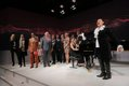 """Mezzosopranistin Cecilia Bartoli stimmt gemeinsam mit Familie Würth und den Gästen """"Happy Birthday to you"""" an."""