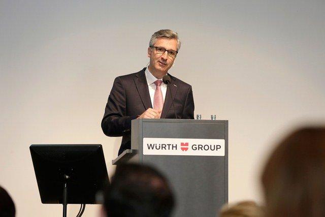 Robert Friedmann, Sprecher der Konzernführung der Würth-Gruppe stellt den testierten Jahresabschluss 2014 bei der Bilanzpressekonferenz in Schwäbisch Hall vor.