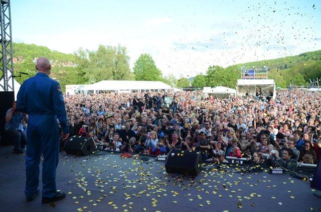 Alexander Gerst wird bei der Welcome-Party auf der Bühne im Konfettiregen vom Publikum begrüßt.