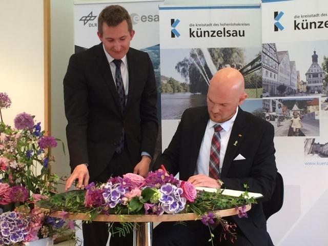 Alexander Gerst und Bürgermeister Stefan Neumann beim Eintrag ins Goldene Buch, im Rahmen der Verleihung der Ehrenbürgerwürde